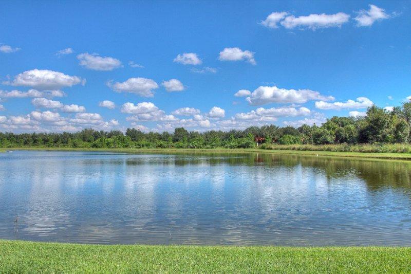 Lago, Ambientazione esterna, Acqua, Cielo, Campo