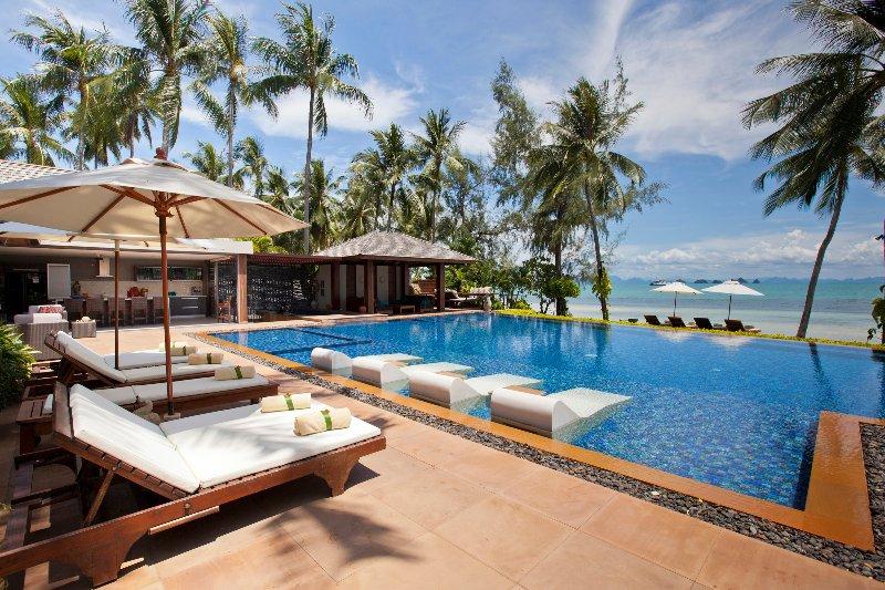 Baan Kilee 8-BR beachfront free-4-kids, location de vacances à Lipa Noi