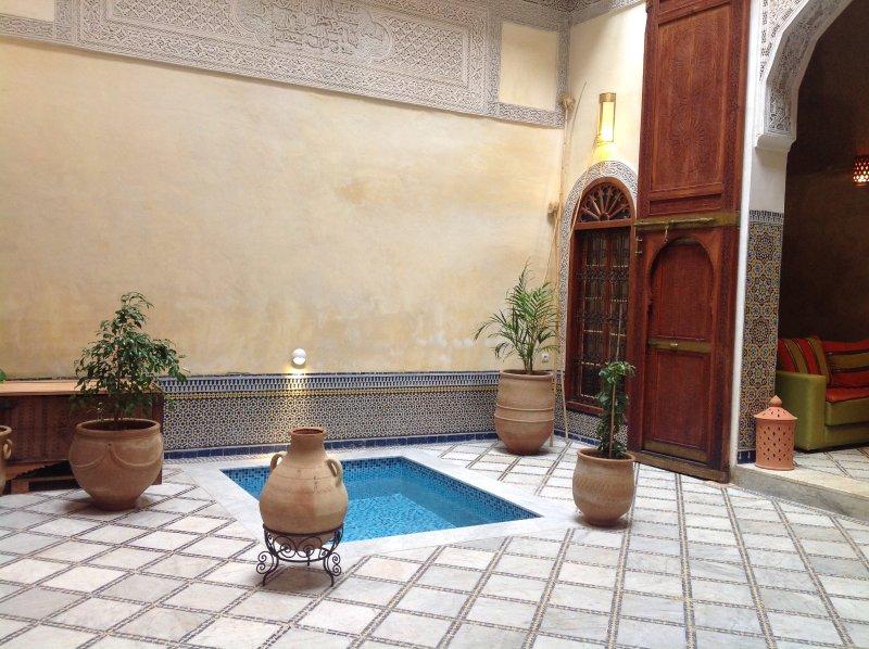 La piscina en el patio de actualización permite que durante el tiempo caliente