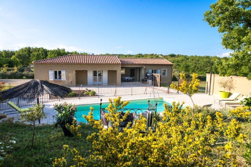 El exterior de la villa y la piscina