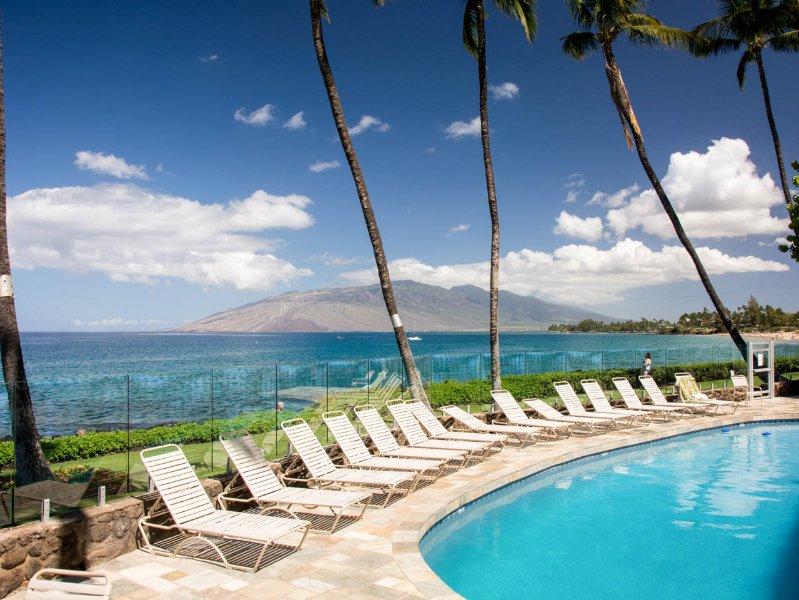 A piscina aquecida tem vista para o oceano.