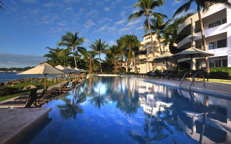 hermosa piscina con vistas al océano.