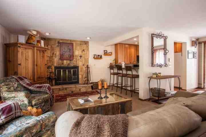 Warmer Wohnraum mit reichlich Sitzgelegenheiten.