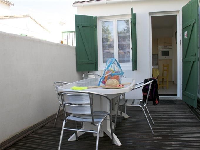 Terrasse privative avec transats et salon de jardin