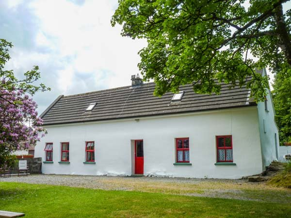 LOUGH GRANEY COTTAGE, woodburner, en-suite facilities, rural retreat, in Caher, vacation rental in Spiddal