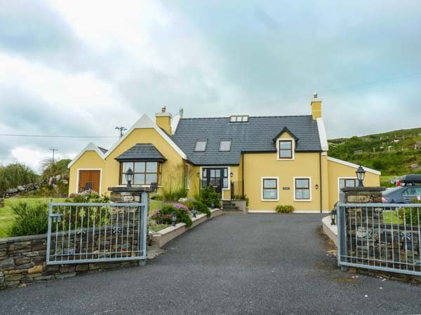 SEA HAVEN, stunning views, en-suites, stove and fire, close to coast, near, holiday rental in Eyeries