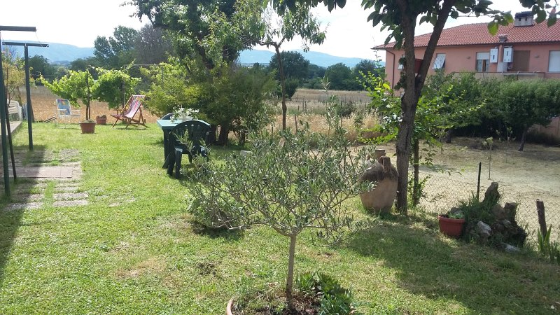 Cozy flat with garden near Spoleto with a parking, vacation rental in San Giacomo
