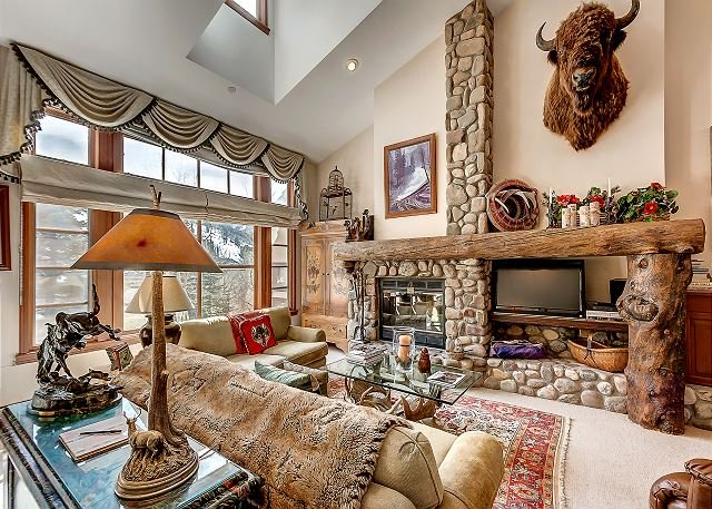 Cosy, Rustic Townhouse, With Wood Burning Fireplace and On-site Hot Tubs, holiday rental in Beaver Creek