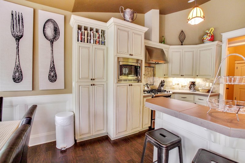 Indoors,Kitchen,Room,Dining Room,Oven