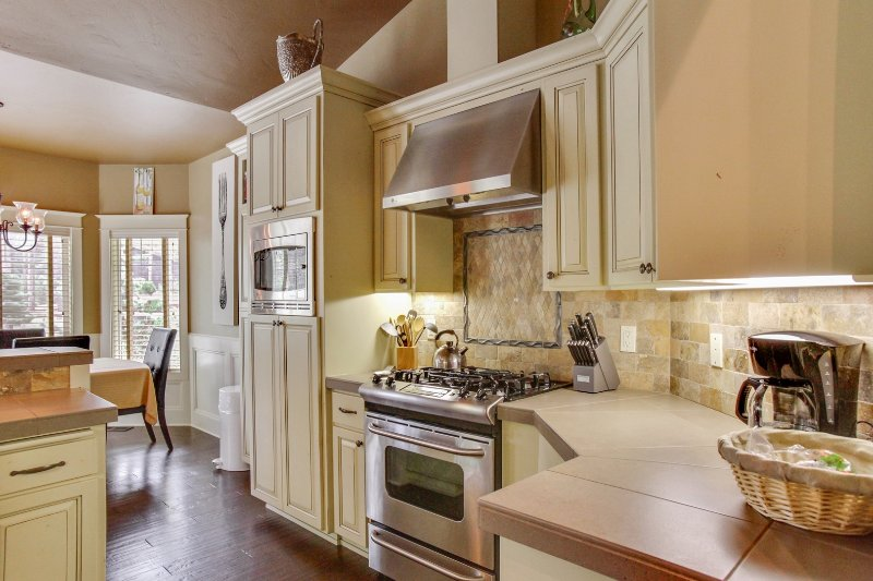 Oven,Fireplace,Hearth,Molding,Indoors