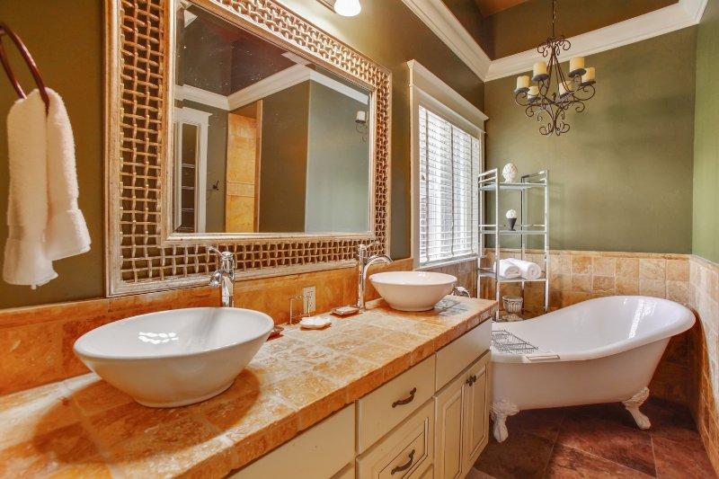 Lamp,Bathtub,Tub,Bathroom,Indoors