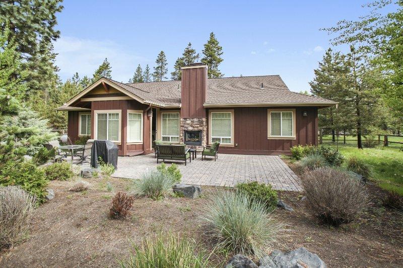 Building,Cottage,Yard,Vegetation,Villa