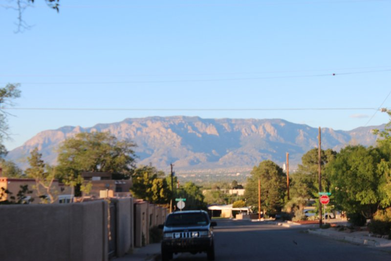 Vista da montanha de Sandia em todo o bairro. Esta é uma quadra.