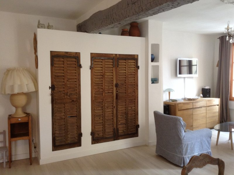 Une partie de la pièce à vivre...Le grand placard avec les volets anciens renferme un coffre fort..