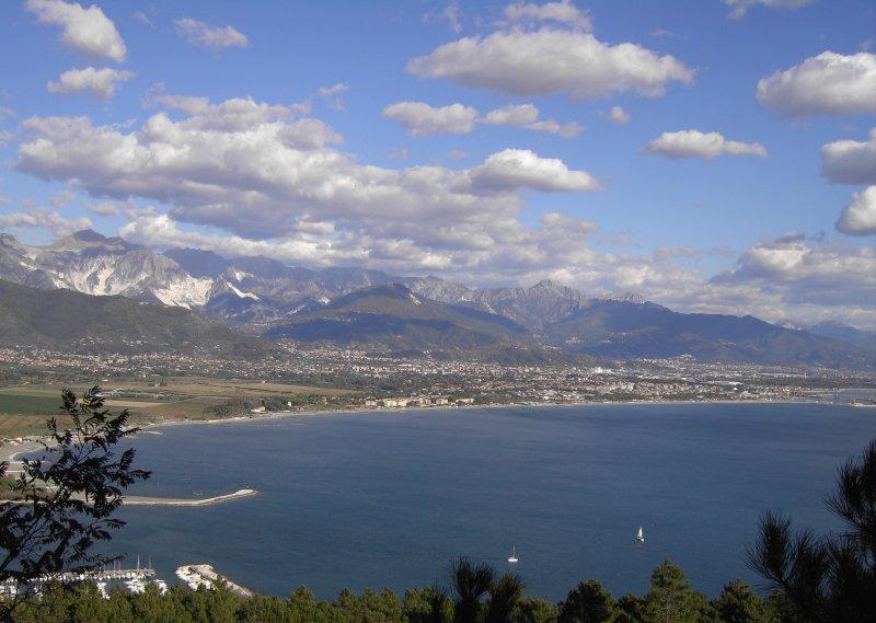 Unsere Küste. Sicht von Montemarcello aus auf die Marmorbrüche von Carrara u.den Strand der Versilia