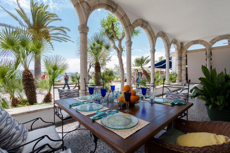 Pine Walk - 19th Century Mallorcan House on the beachfront, alquiler de vacaciones en Port de Pollença