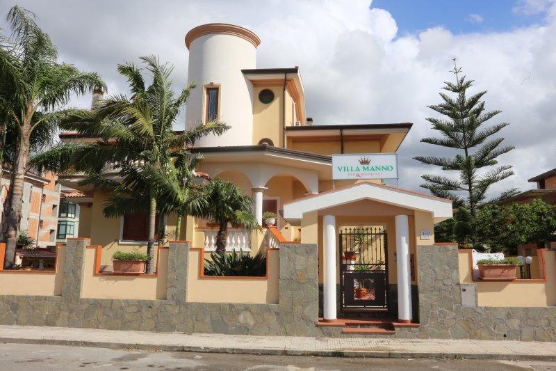 Entrare a Villa Manno come sentirsi a casa, accolti con calore, cortesia e cordialità.