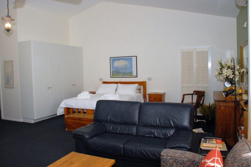 La sala de estar es una gran área abierta con cama, sala de estar y comedor y baño / WC separado