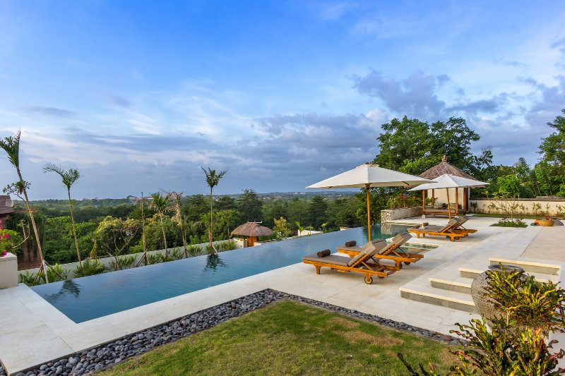 Bayu, luxury 6 Bedroom Villa, car + driver, magnificent ocean views, Uluwatu, vacation rental in Uluwatu