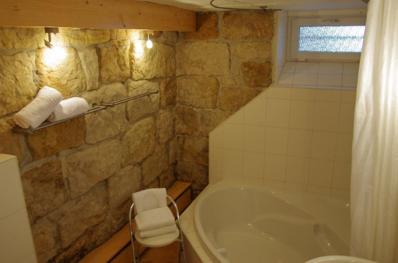 Bad mit romantischer Sandsteinwand
