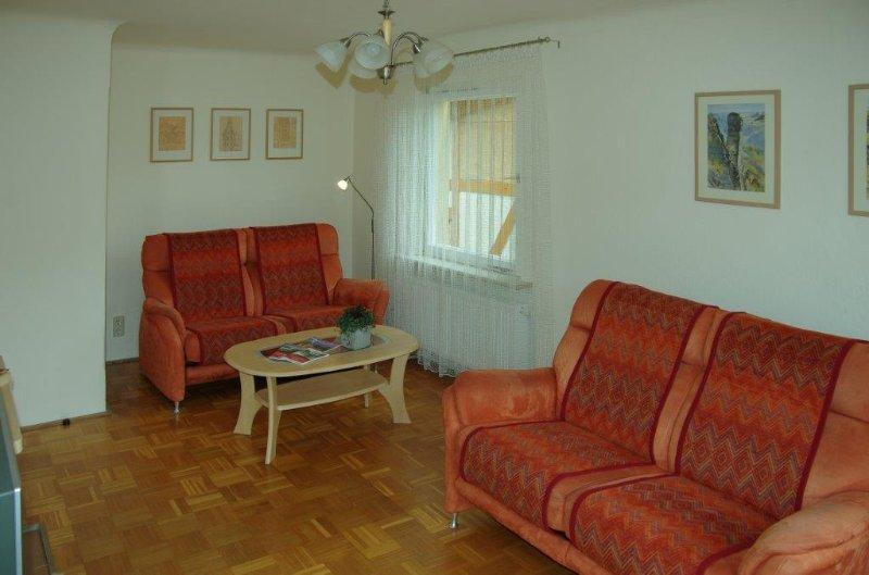 Wohnzimmer mit Lese- und TV-Ecke