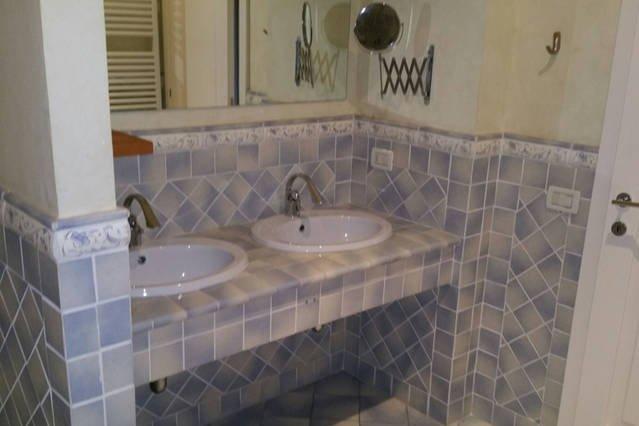 bagno  camera 2 con due lavandini  e con vasca idro