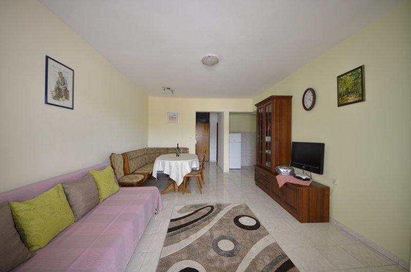Sea view apartment with terrace, alquiler de vacaciones en Pag