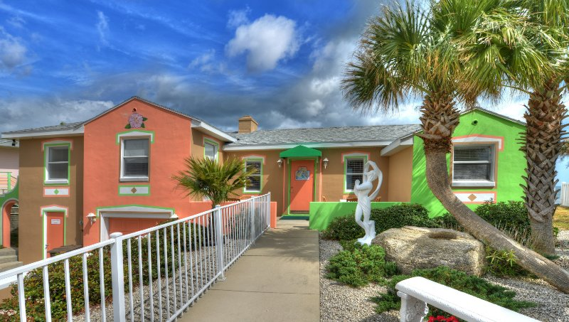 Gorgeous, Colorful 2 Bd/2Bth Beach House Directly on Ocean, vacation rental in Daytona Beach Shores