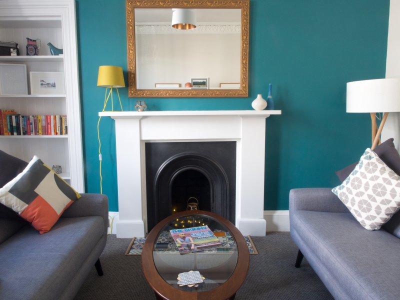 Vibrant Apartment Near the Castle, vacation rental in Edinburgh