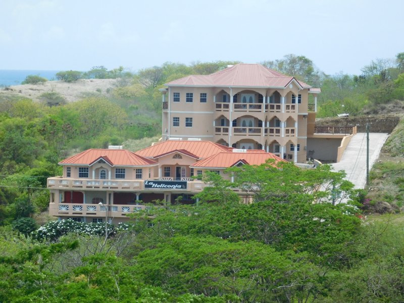 3 Bedroom apartment close to airport., vacation rental in True Blue