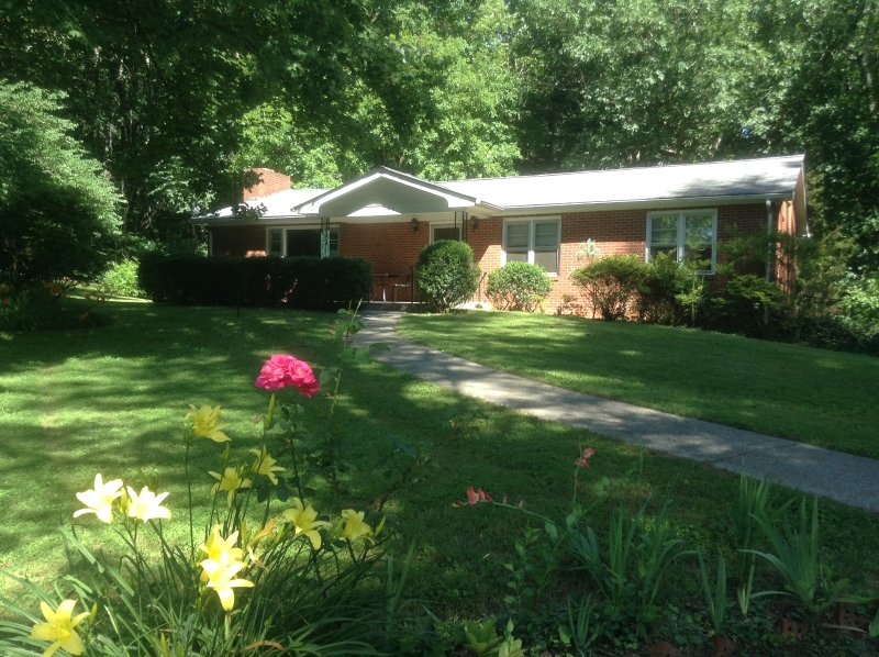 Orchard Acres Retreat  Romantic, Private, Get-Away, holiday rental in Flat Rock