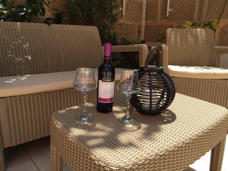 Fully licensed-Wonderful apartment, Very large sun soaked terrace +Communal pool, alquiler vacacional en Playa San Juan