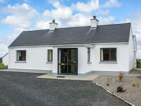 GOLDEN ACRES, ground floor property, multi-fuel stove, lawns, off road parking, holiday rental in Castletownshend