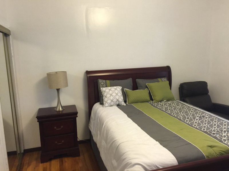 Furnished Private Room Near Subway and Hospitals, holiday rental in Yonkers