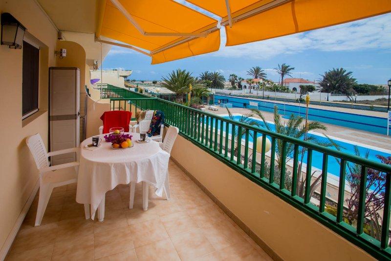 terraza de la piscina con vistas