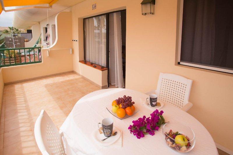 salida de terraza con mesa de comedor al aire libre