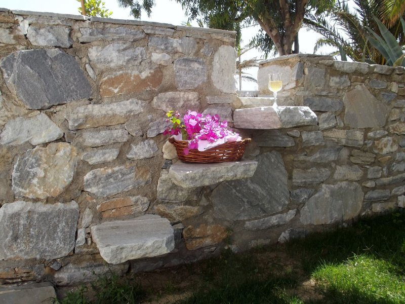 Chryssalis,Garden, Naxos  Town, pet friendly,, location de vacances à Moutsouna