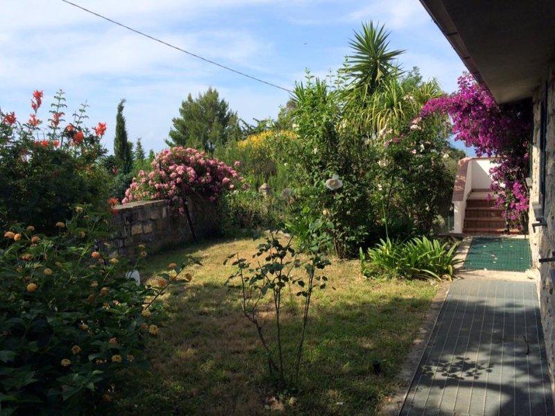 Giardino laterale con accesso da terrazzo zona giorno