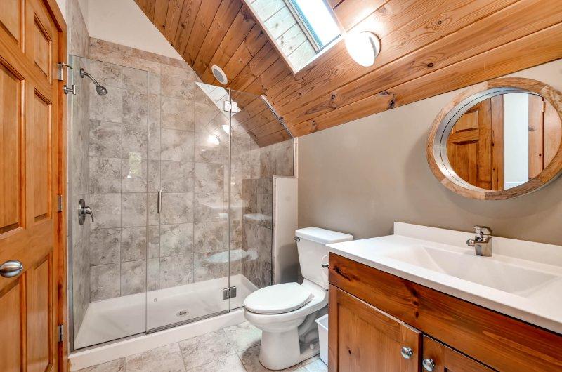 Enxaguar nesta linda casa de banho depois de um longo dia.