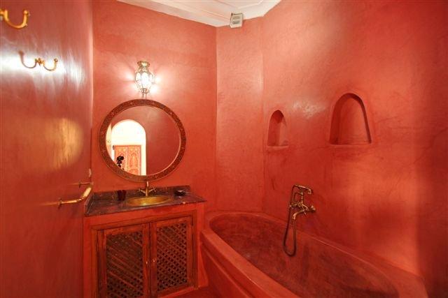 Salle de Bain avec Lavabo Baignoire et WC