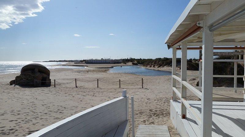 la villetta è situata all'interno di una via privata a 100 metri dal mare