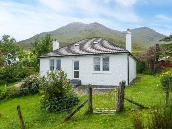 13 SCONSER, private garden, WiFi, pet-friendly, close to coast, nr Portree, Ref, Ferienwohnung in Carbost
