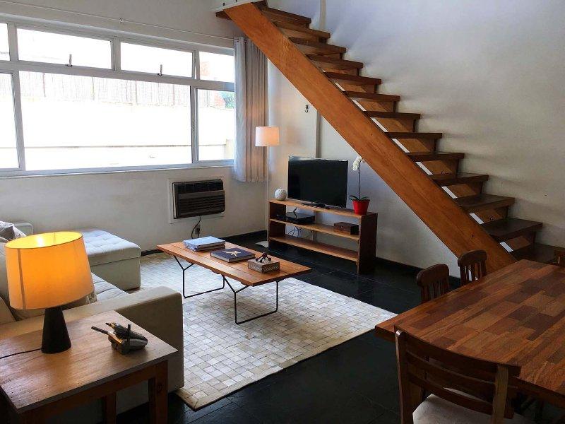 Sala com linda escada de madeira de lei !! Móveis com madeira de demolição. Decoração por arquiteta