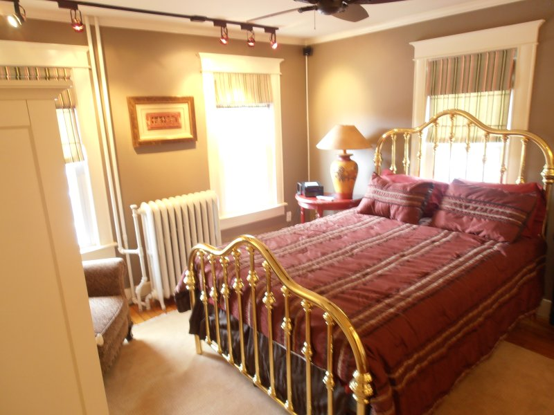 Beautiful antique brass bed in main bedroom, very comfortable,private,luxury linens,cozy,spacious