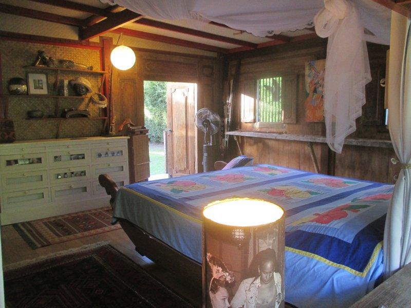 grande chambre de 25 M2 avec lit de 180X200 et grande moustiquaire, clim,entree et SDB privees.