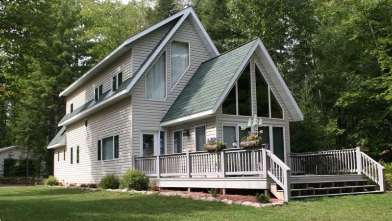 Luxury home on Eagle Lake. Sandy level beach front, holiday rental in Conover