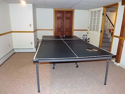 Mesa de ping-pong en el nivel inferior