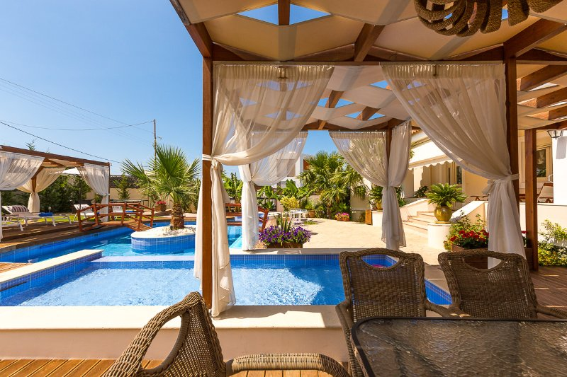 Enjoy your homemade meals next to the pool!