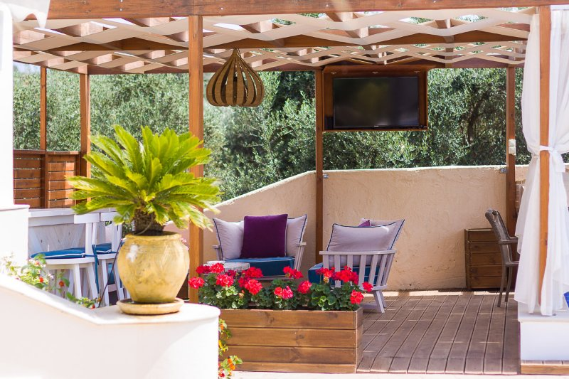Sitting area under the shade of the pergola!