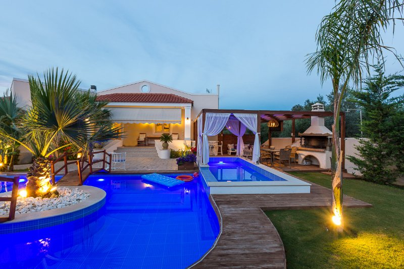 Aspect of the pool terrace and the gazebo!